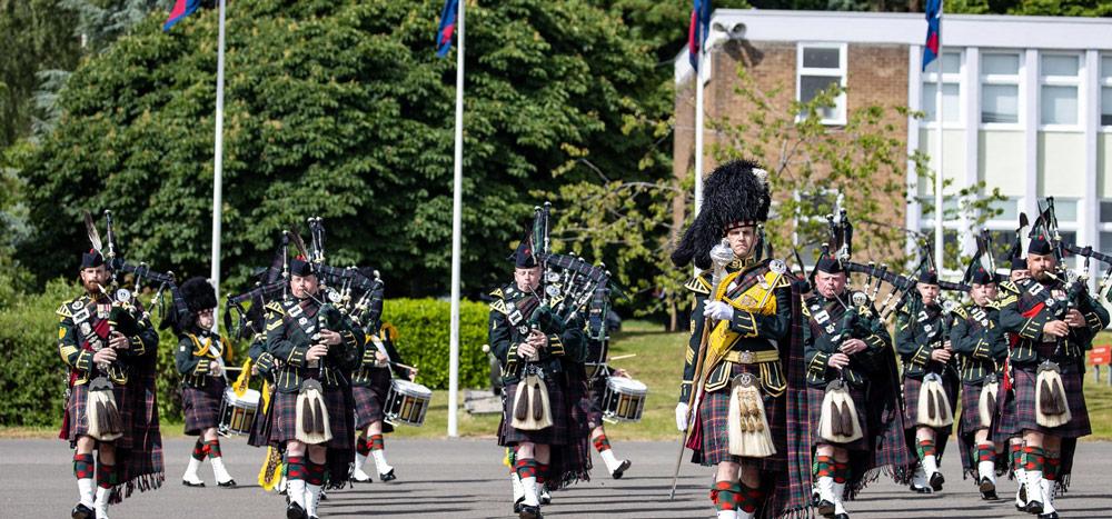 ルアリド・グラント軍曹の指揮で行進する第4歩兵大隊(4 SCOTS)の音楽隊(Image:Crown Copyright)