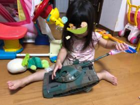 74式戦車にミルクを与えるヒビ子さんの娘さん(ヒビ子さん提供)