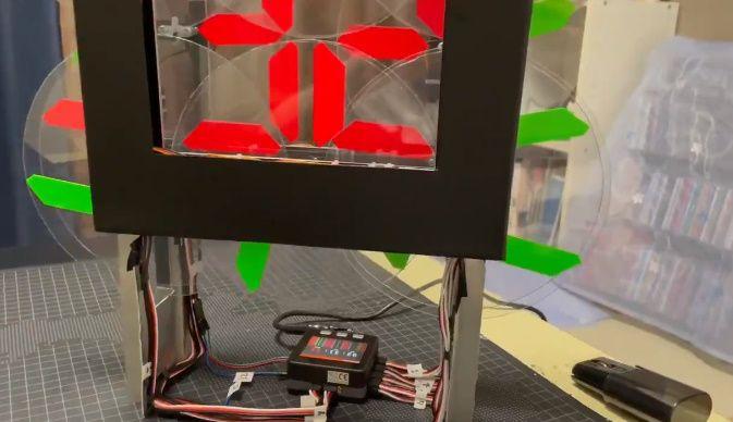 BBコリーさんの動画には動きを制御しているコンピュータの姿もチラリ。
