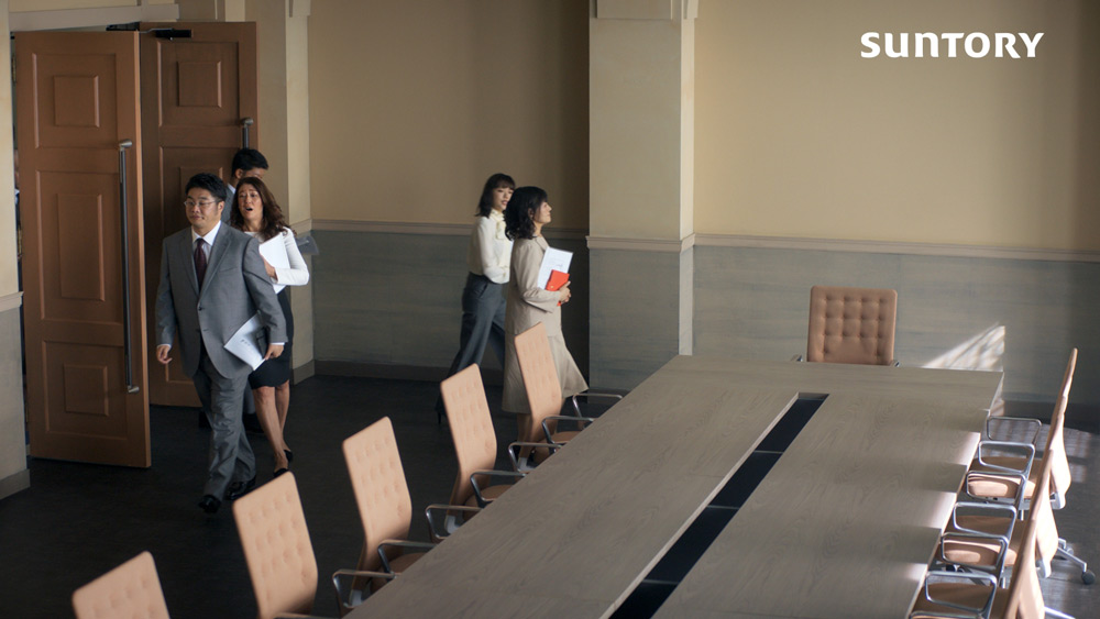 紛糾した様子で会議室に入ってくる面々