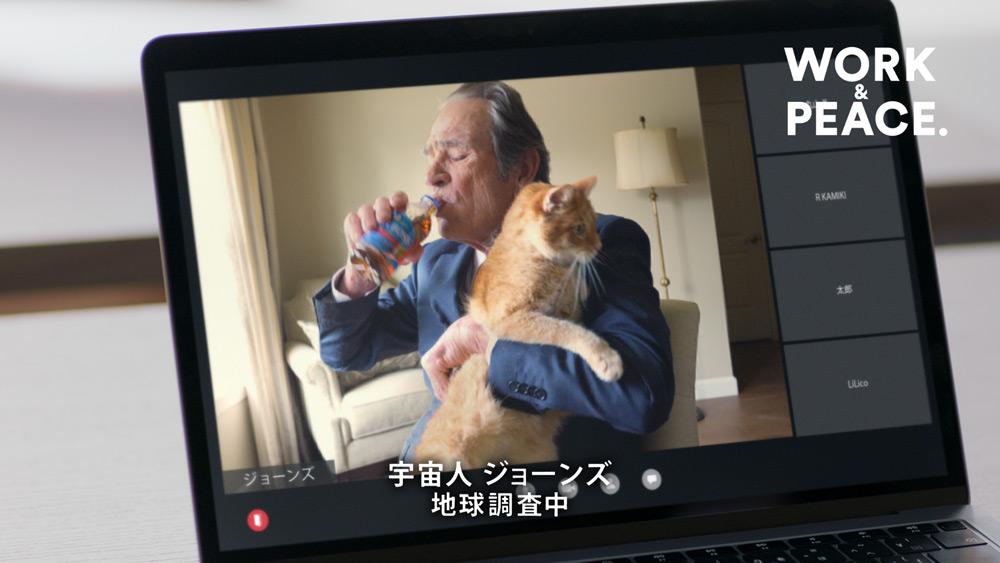 ジョーンズさんも猫を抱きながら