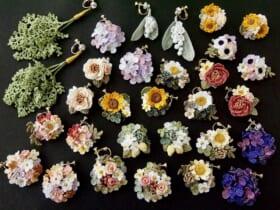 様々な花をモチーフにしたイヤリング。