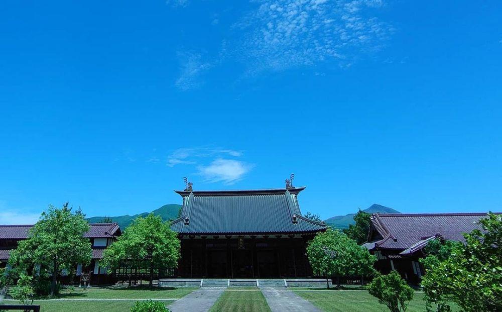 かつてあった会津藩の藩校「日新館」を完全復元した施設が「會津藩校日新館」。山沿い付近に建設されています。