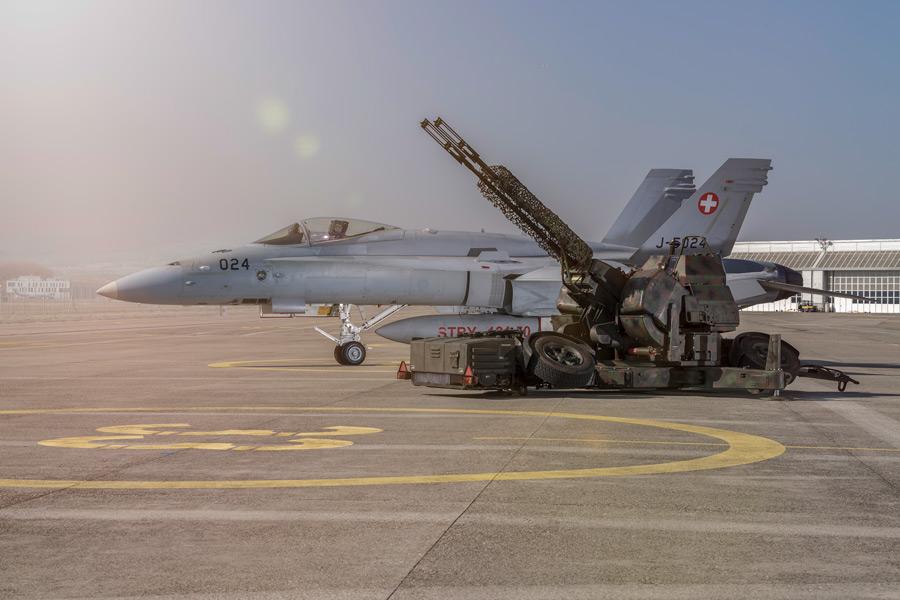 スイス軍のF/A-18Cとエリコン35mm連装高射機関砲(Image:スイス連邦防衛・国民保護・スポーツ省)