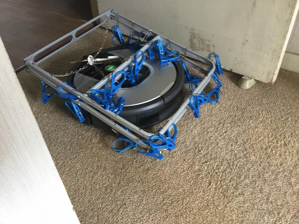ロボット掃除機が「まるで装甲車」 シャンシャン音を鳴らして現れた姿に驚き