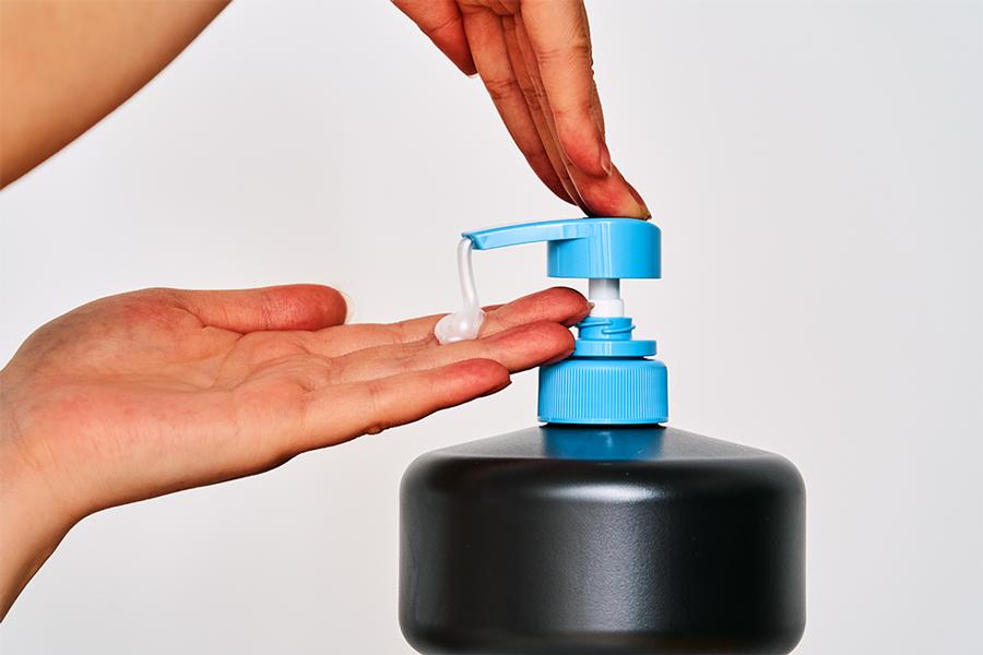 ダンベル形状のボトルに「ナイーブボディソープ」が入った商品