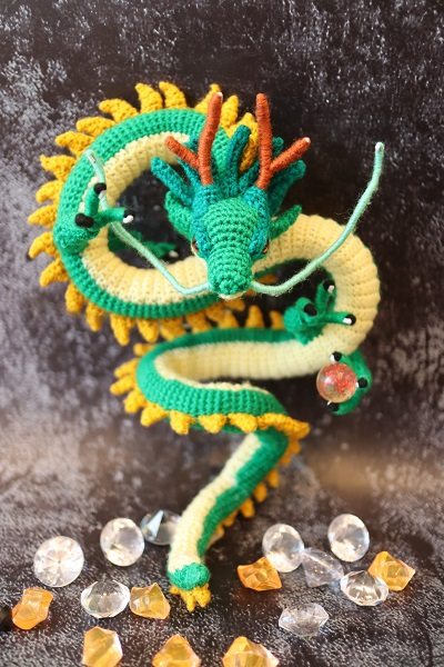 毛糸から作り出したあみぐるみで「龍」を完成