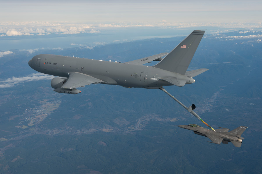 F-16に空中給油するKC-46A(Image:Boeing)