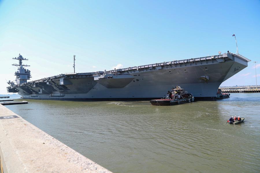 岸壁を離れる空母フォード(Image:U.S.Navy)