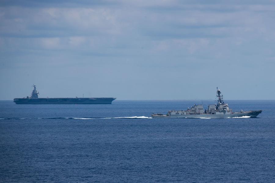 駆逐艦ポール・イグナティウスと空母フォード(Image:U.S.Navy)