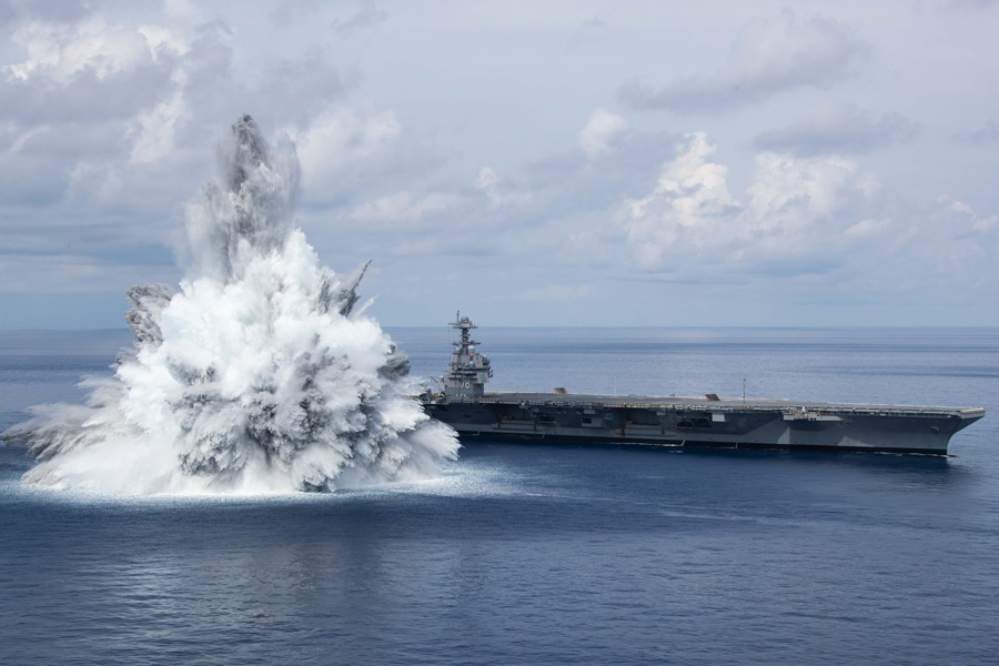 水柱はフォードのマストの2倍以上の高さまで(Image:U.S.Navy)