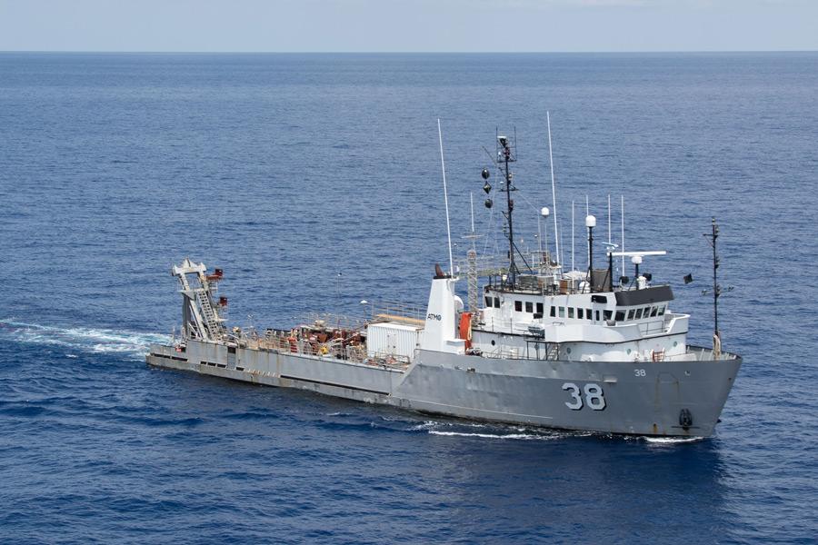 爆薬を曳航する海軍調査船NAWC 38(Image:U.S.Navy)