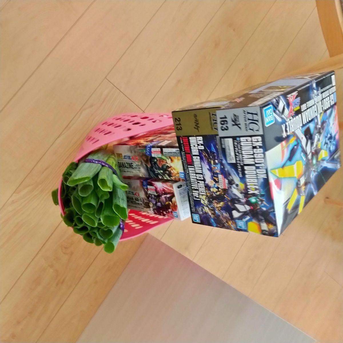 投稿者の買い物バッグには、ネギとはち切れんばかりの四角いなにか。