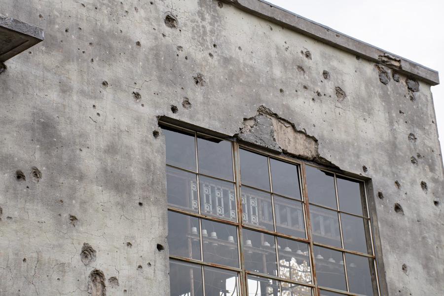 小さな穴は機銃弾で大きな不定形の損傷は爆弾の破片によるもの