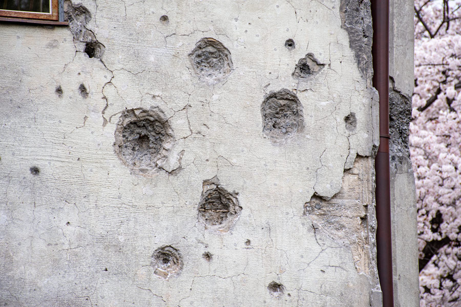中心に丸い穴があるのは機銃掃射によるもの