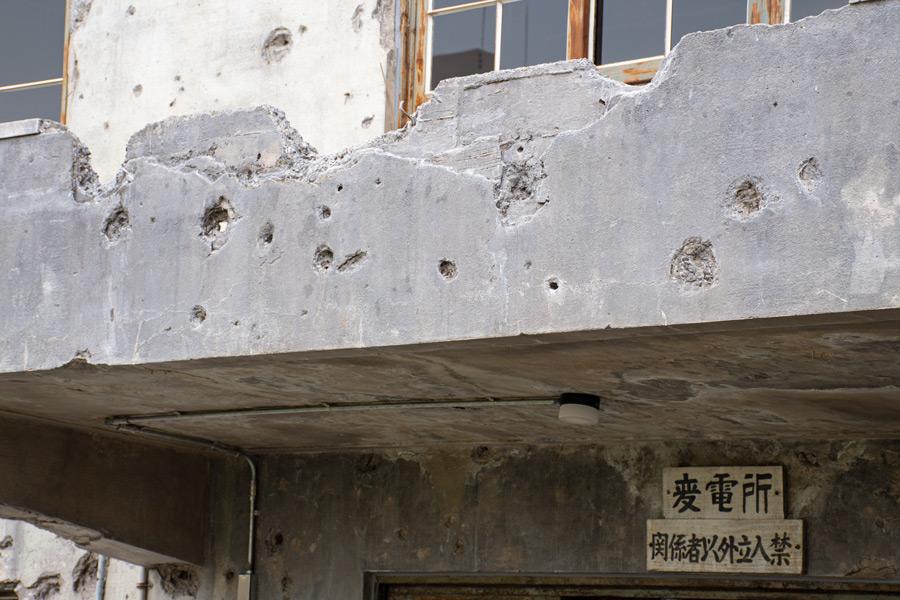 弾丸がコンクリート壁を貫通した部分も