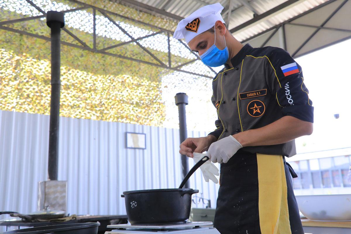 「フィールドキッチン」競技で調理するロシアの調理兵(Image:ロシア国防省)