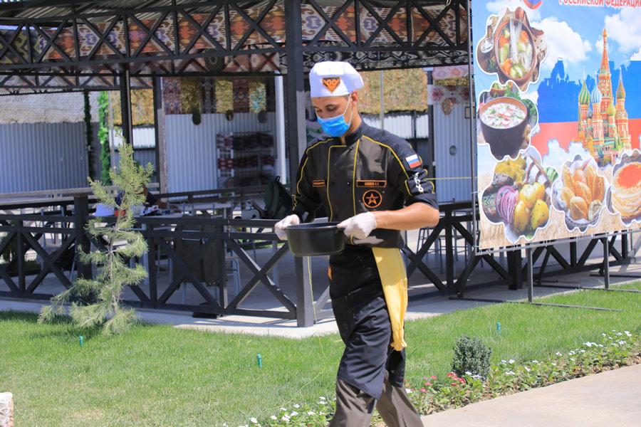 出来上がった料理を審査会場へ運ぶ(Image:ロシア国防省)
