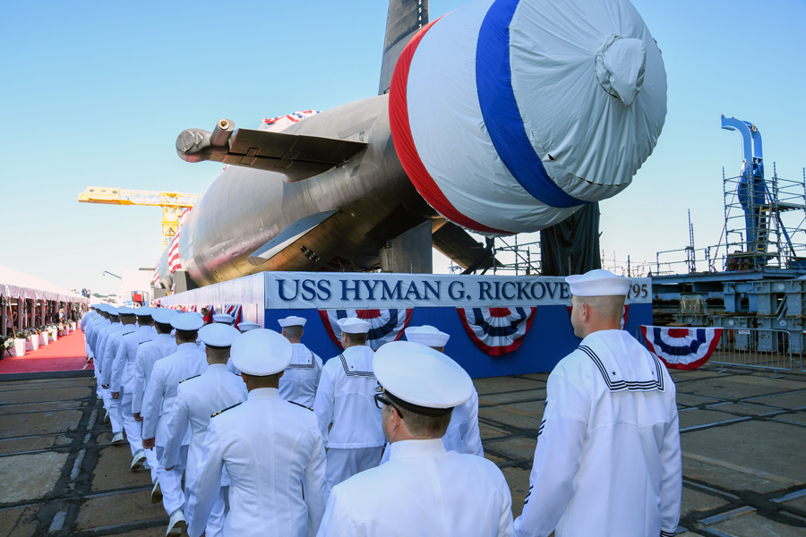 潜水艦ハイマン・G・リッコーヴァー(SSN-795)命名式で入場する乗組員(Image:U.S.Navy)