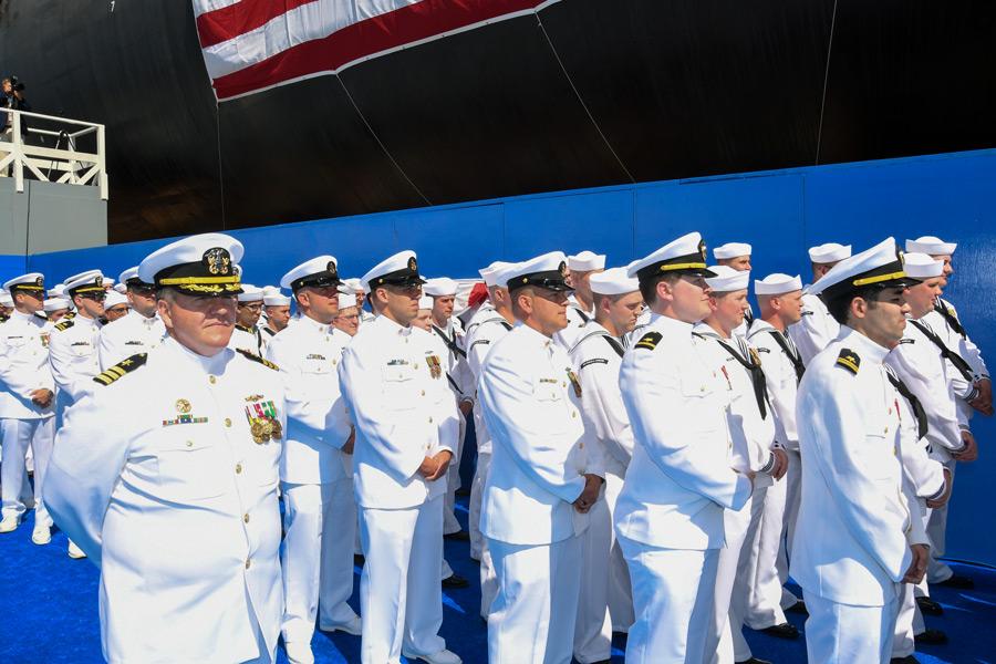 初代艦長トーマス・ニーベル中佐と乗組員(Image:U.S.Navy)