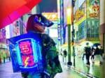 日本をサイバーな街に 「セオイネオン」を背負いながら、日々活動するサイバー促進活動家が話題。