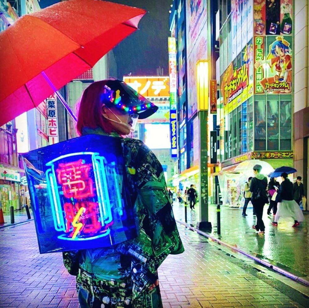 日本をもっとエモく 「セオイネオン」を背負いながらサイバーおかんは今宵も東京の街をパトロール