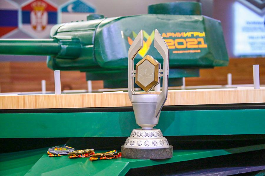 「戦車バイアスロン世界選手権」のトロフィーとメダル(Image:ロシア国防省)