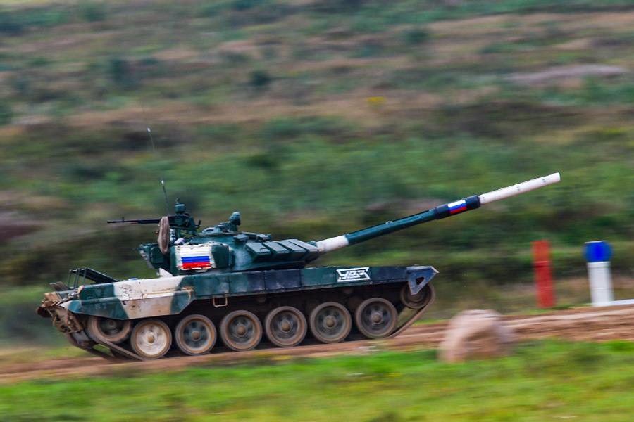 疾走するロシアチームのT-72戦車(Image:ロシア国防省)