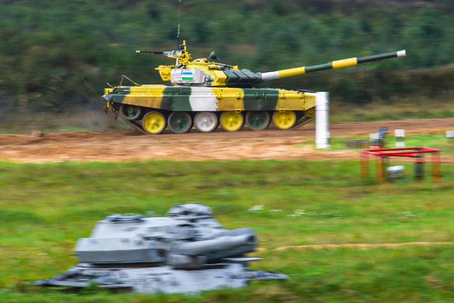 疾走するウズベキスタンチームのT-72戦車(Image:ロシア国防省)