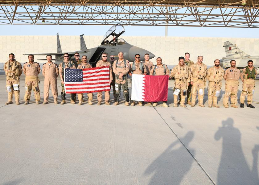 F-15Eの前に並ぶアメリカ空軍とカタール空軍のパイロット(Image:USAF)