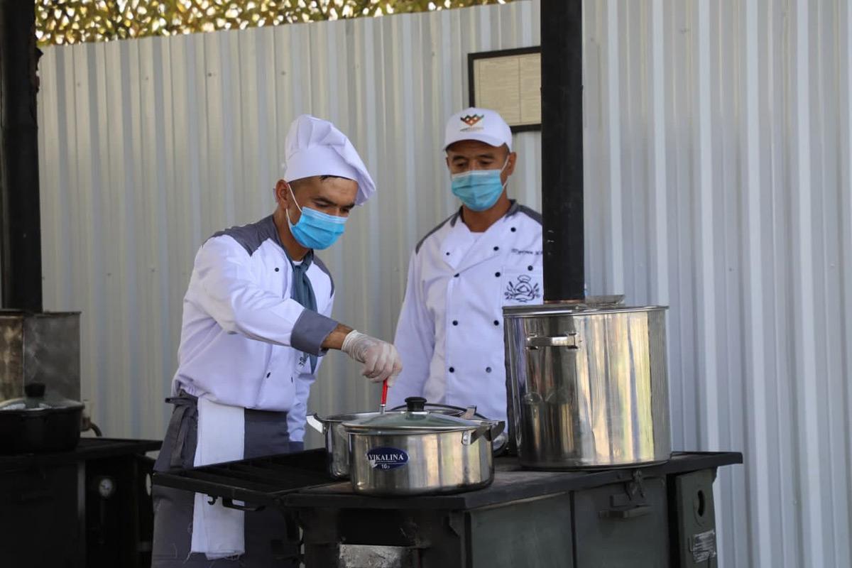 使うのは野外調理器具(Image:ウズベキスタン国防省)
