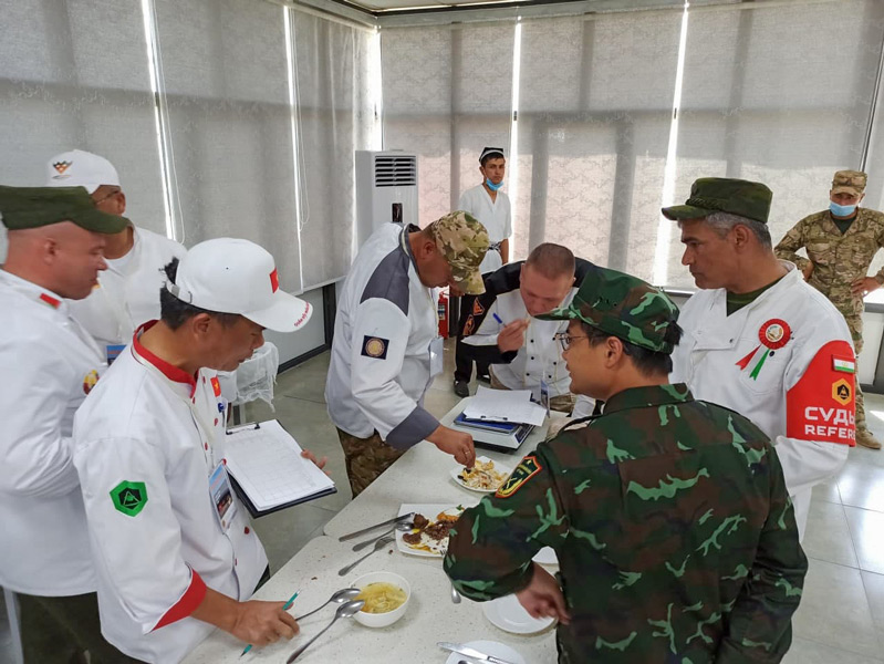 料理の審査風景(Image:ウズベキスタン国防省)