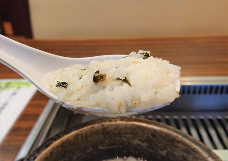 ひと口食べると絶妙の塩加減でご飯も柔らかく、空っぽの胃袋を優しく包み込んでくれる