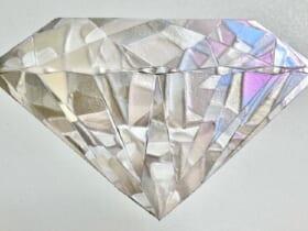 見る角度で色合いが変わる 不思議な宝石の絵画