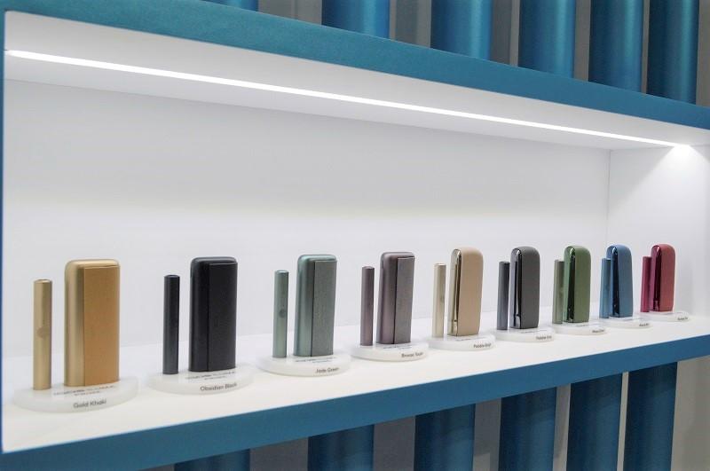 壁面には様々なカラーデザインの「IQOS ILUMA」