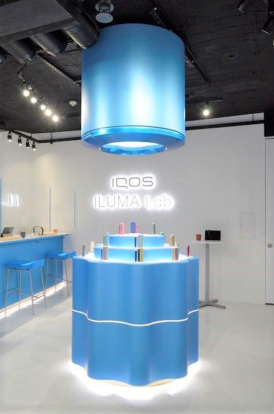 「IQOS ILUMA」のホルダーを巨大化させたようなデザインの陳列台
