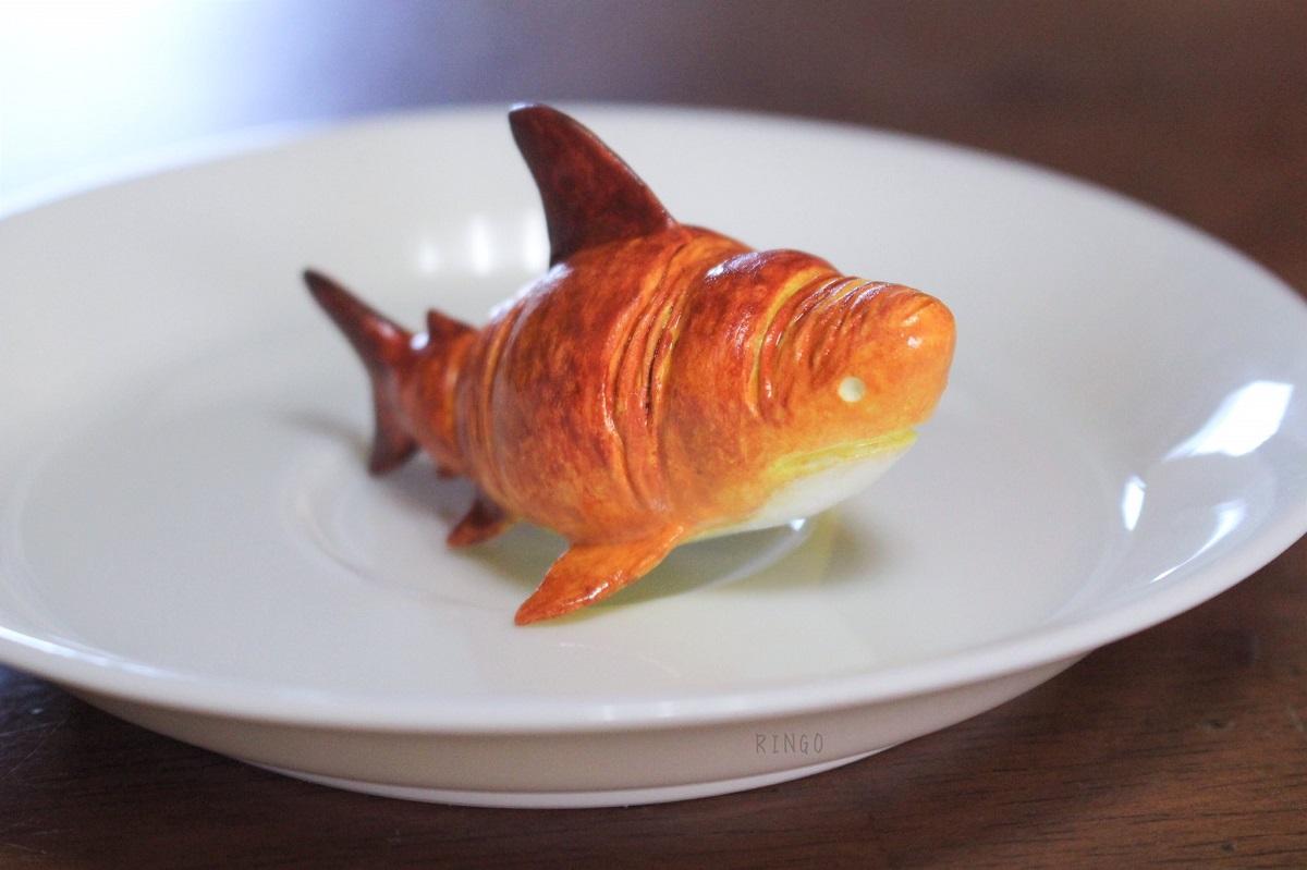 食べられたくないクロワッサンがサメに擬態 ユニークなコンセプトの空想生物