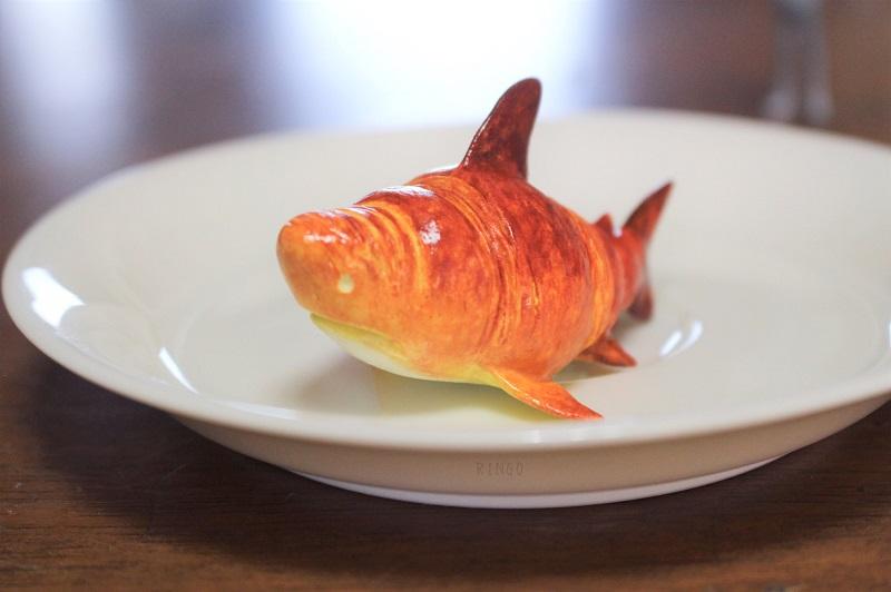 クロワッサンがサメに擬態したように見える、石粉粘土で作った作品