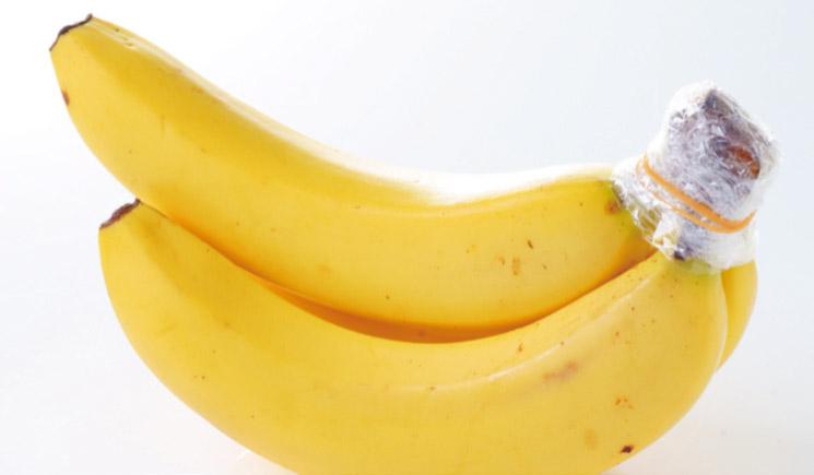 バナナの柄をラップで覆い、輪ゴムで留めると日持ちが良くなる