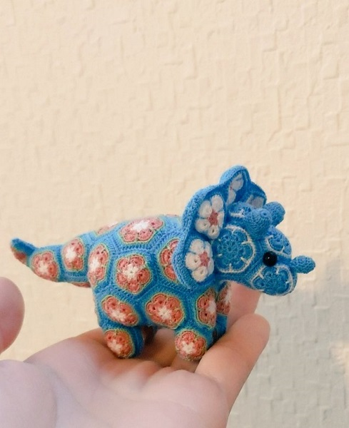 かわいいミシン糸のトリケラトプス