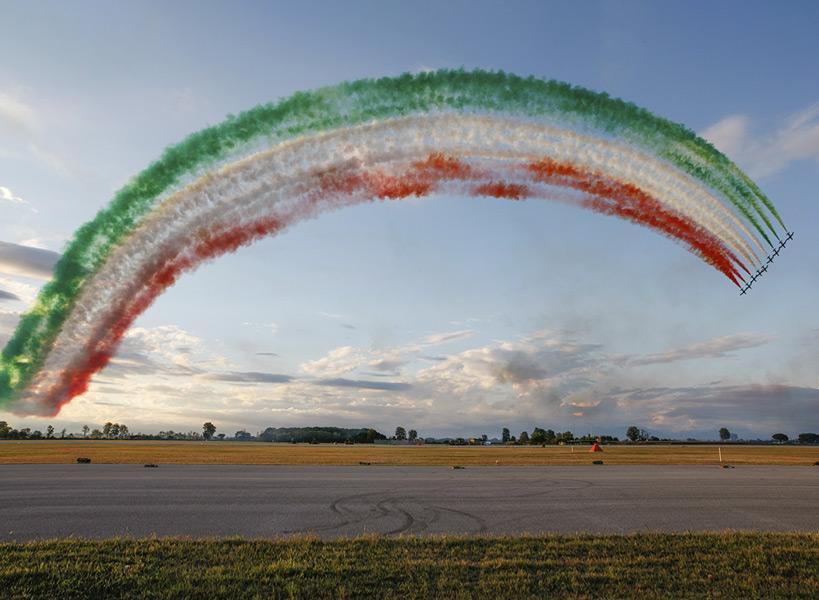 三色旗のアーチ(Image:イタリア空軍)