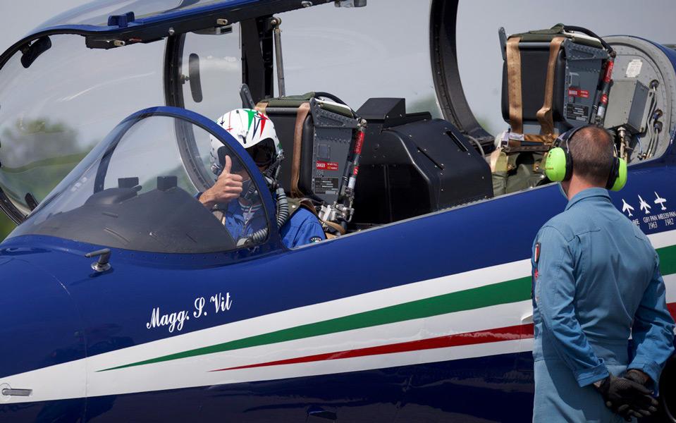 離陸準備を進めるパイロット(Image:イタリア空軍)