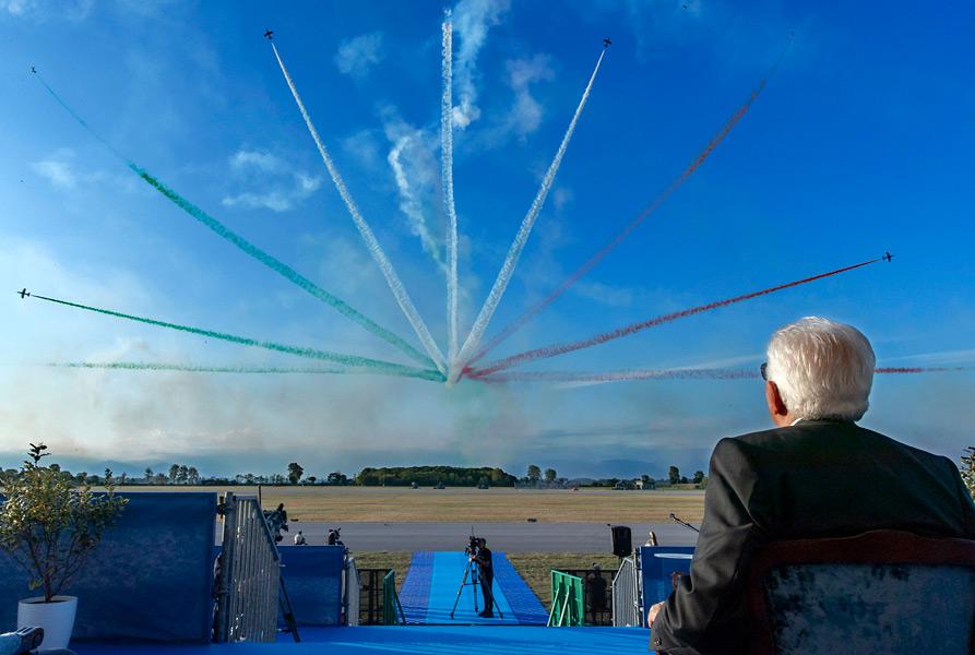 展示飛行を見るマッタレッラ大統領(Image:イタリア空軍)