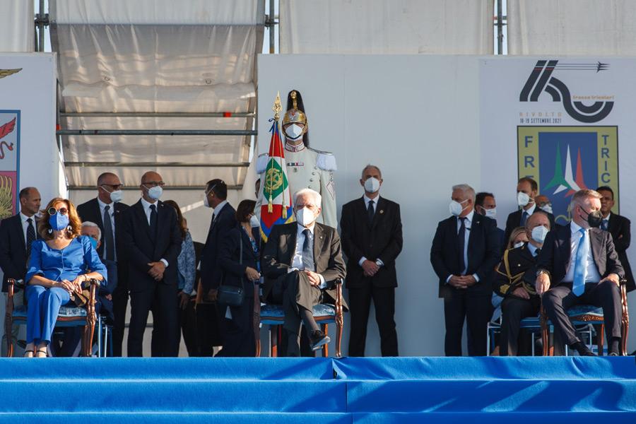 展示飛行を見るマッタレッラ大統領(中)(Image:イタリア空軍)