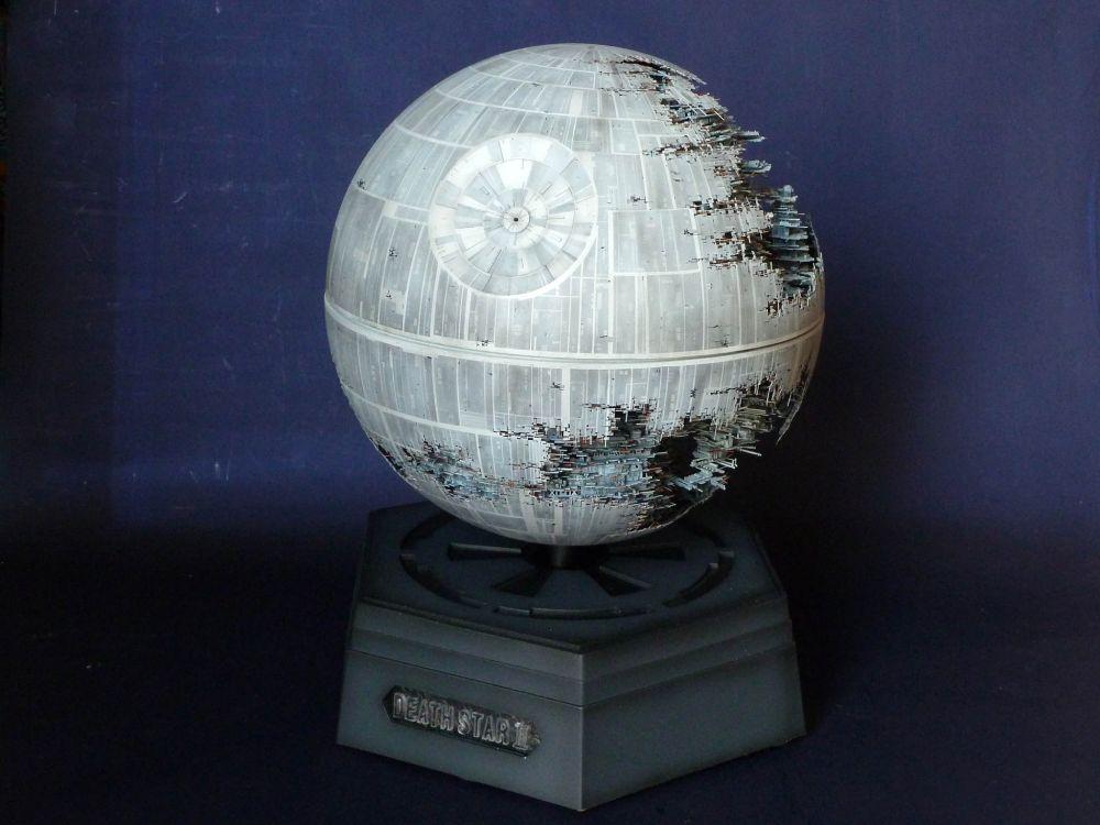 世界を写す地球儀が気づけば宇宙帝国軍の要塞へ変貌。