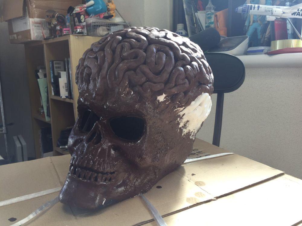 脳は発泡スチロールで形どり、紙粘土で盛り付けました。
