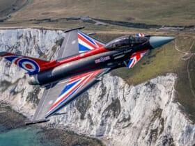 英仏海峡のホワイト・クリフ上空を飛ぶタイフーン・ディスプレイ特別塗装機(Image:MOD Crown Copyright)