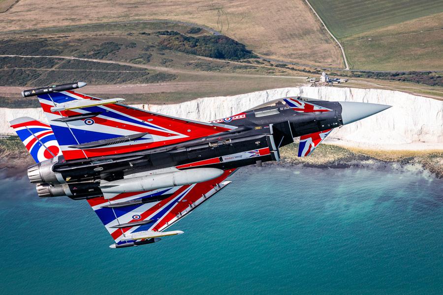 ホワイト・クリフ上空を飛ぶ特別塗装のタイフーン(Image:MOD Crown Copyright)