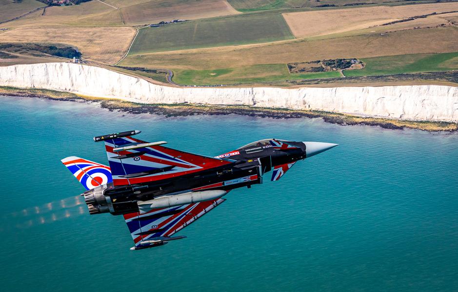 英仏海峡上空を飛ぶタイフーン・ディスプレイ特別塗装機(Image:MOD Crown Copyright)