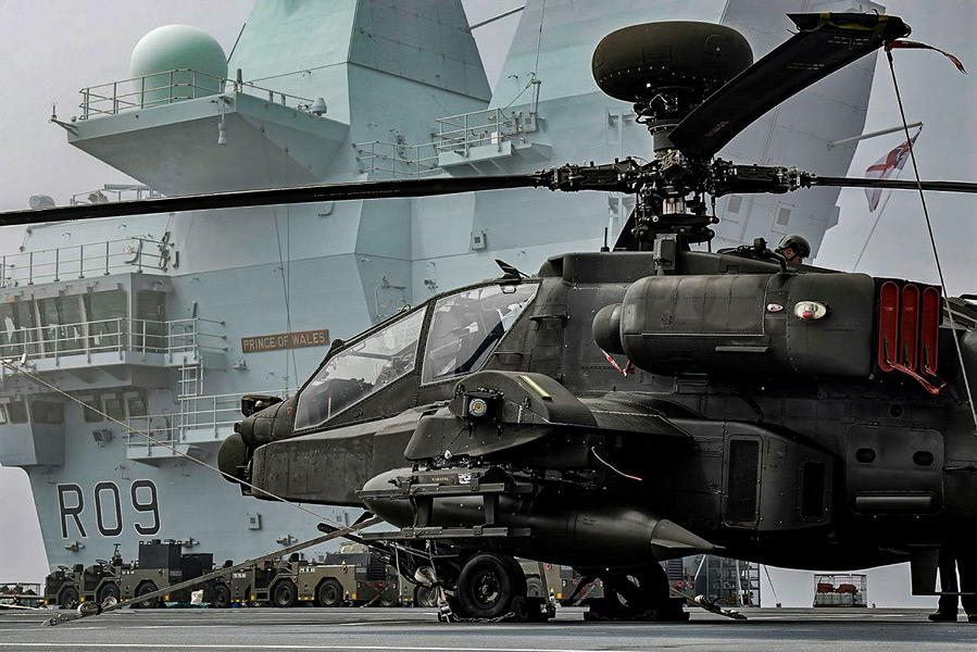 プリンス・オブ・ウェールズに搭載されたAH-64アパッチ(Image:Crown Copyright)